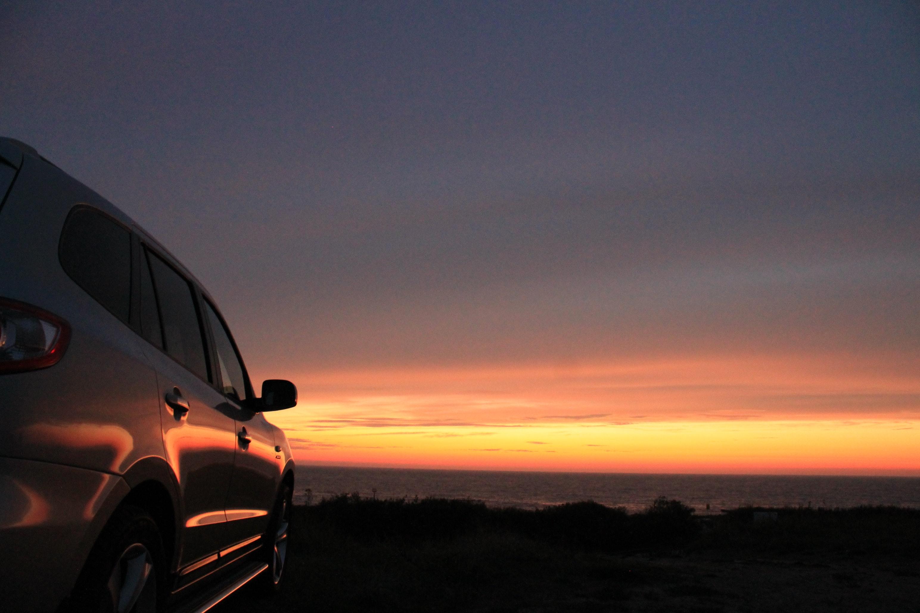 SUV ved solnedgangen